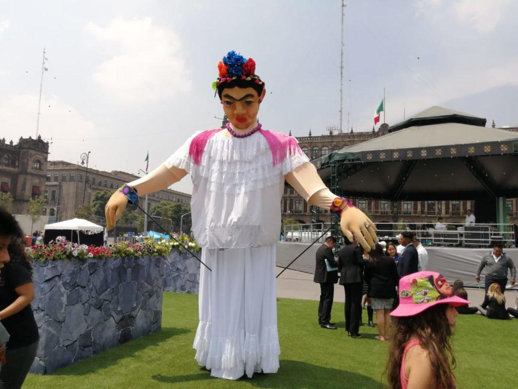 Frida Kahlo en el Zócalo monumental