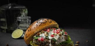 hamburguesa rellena de chile en nogada