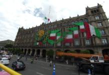 adornos patrióticos en el Zócalo