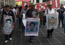 padres de los normalistas de Ayotzinapa marcharon