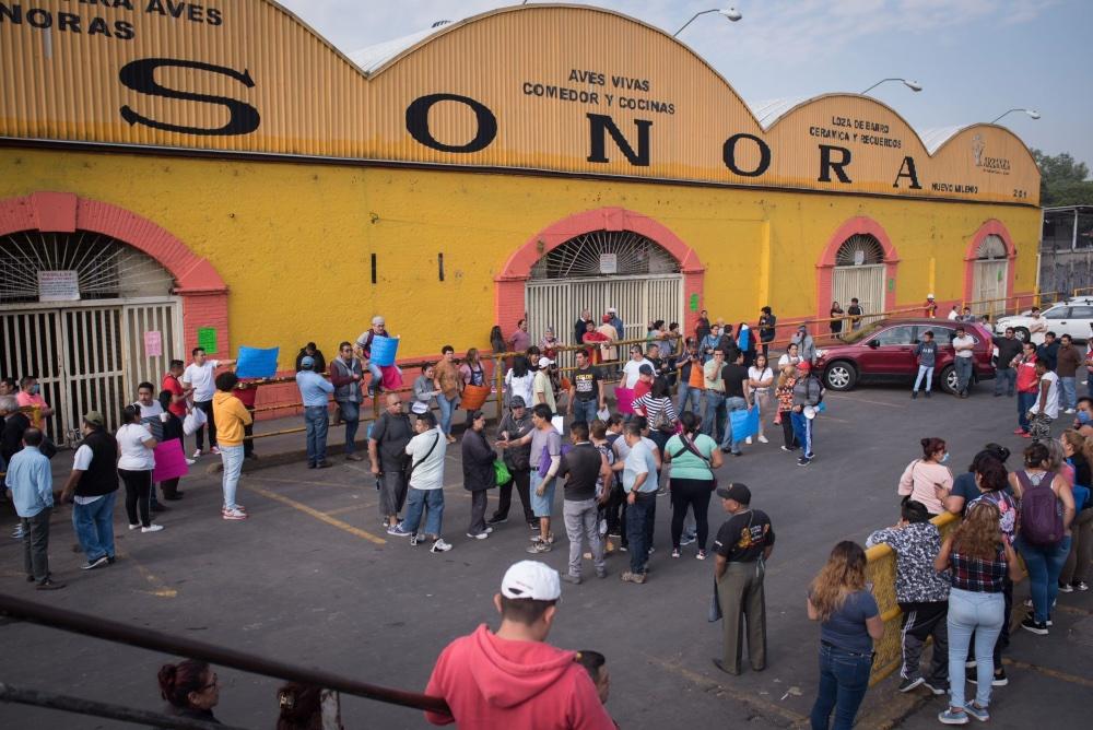 A $500 el borrego: rematan animales por cierre del Mercado Sonora