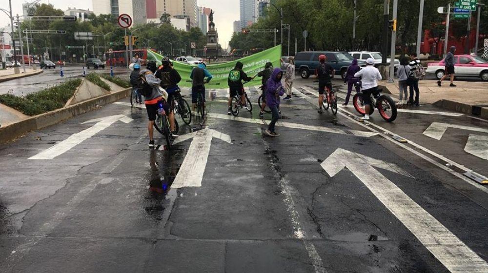 Ciclistas bajo la lluvia. Guía para que Tláloc no te agarre en curva