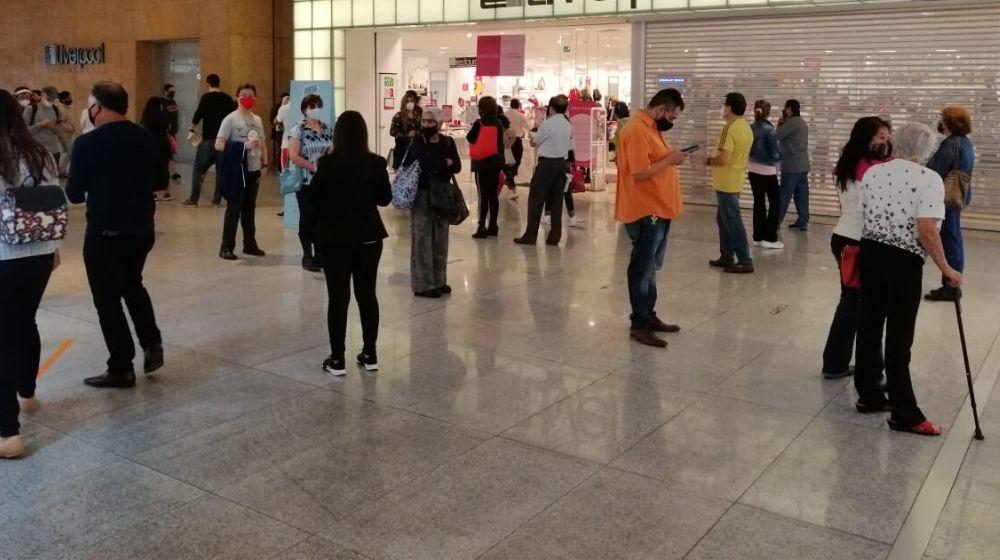 Filas y filas en la reapertura de los centros comerciales