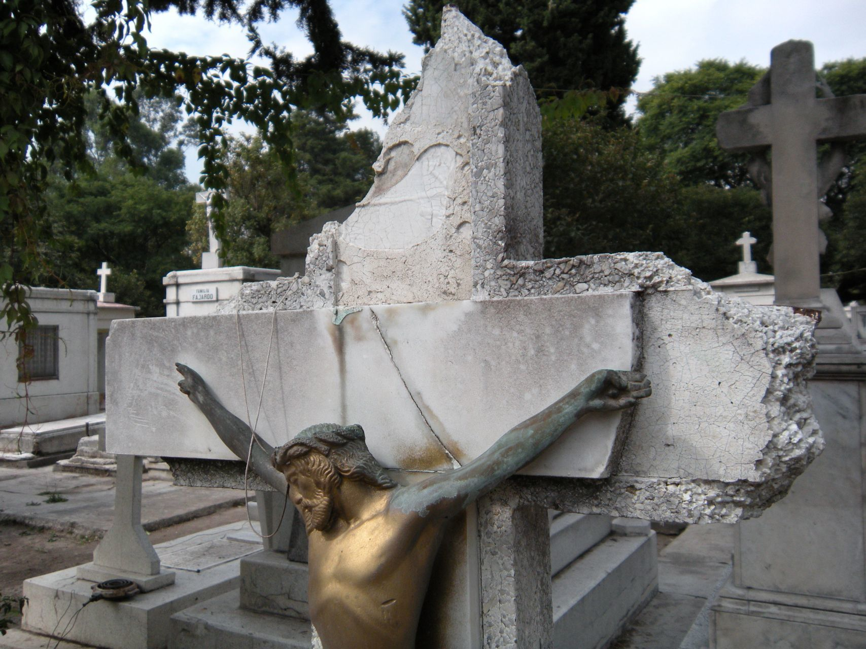 La milagrosa (y misteriosa) tumba del Panteón Español 😱