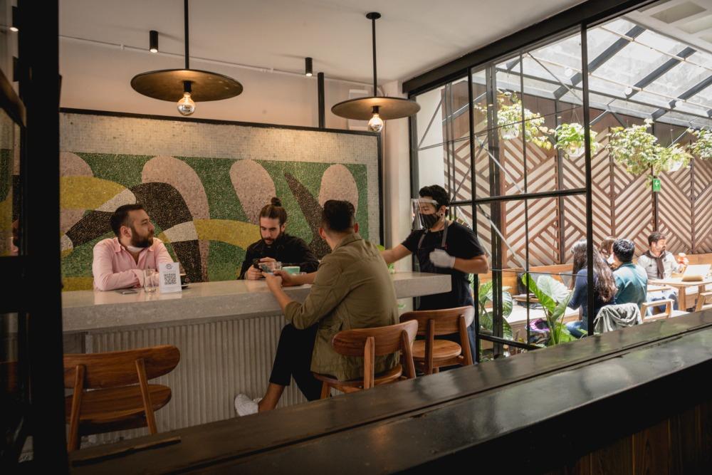 Los bares, cantinas y antros podrán reabrir como restaurantes en CDMX