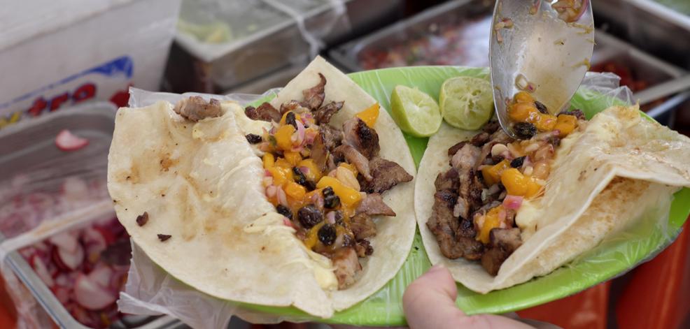 Quesadillas gigantes (de harina) con carnes asadas en Taquería Lindavista