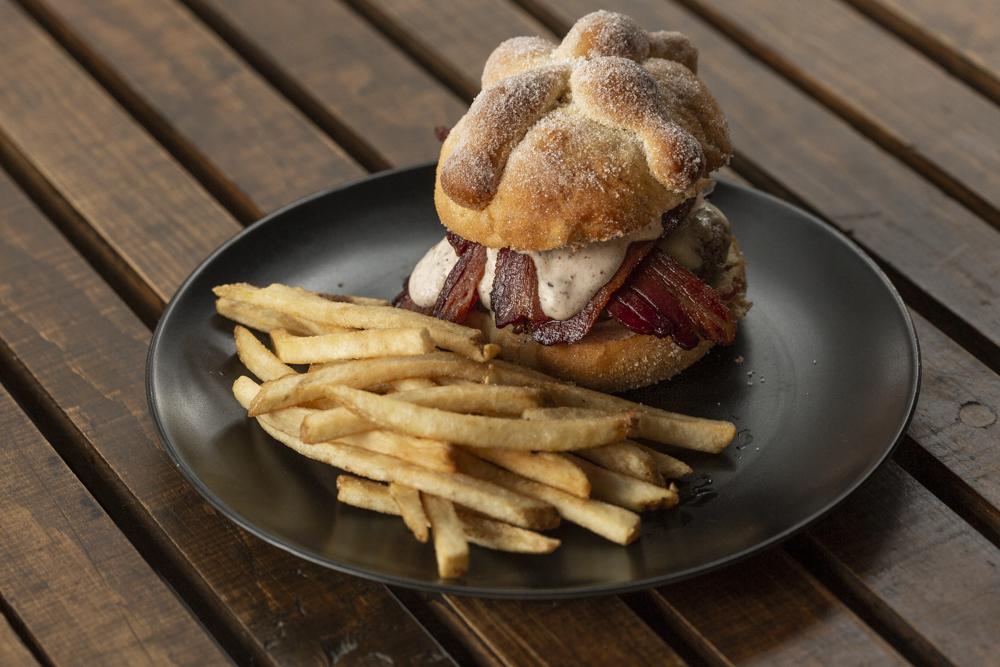 Probamos la hamburguesa de pan de muerto con tocino (te contamos qué tal) 🤤🥓