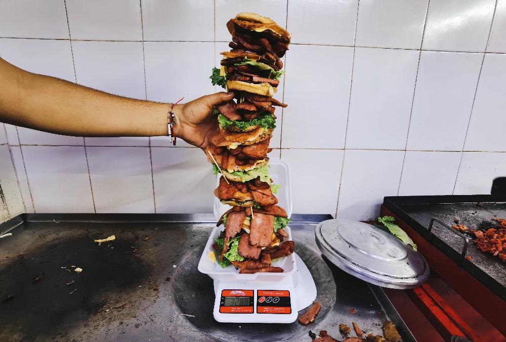 ¿Te cabe una así de GRANDE? ¡Hamburguesa de 3 kilos! 🤤🍔