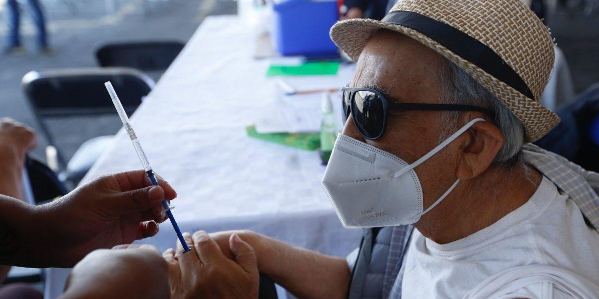 Detienen a 2 por disfrazarse de adultos mayores para vacunarse